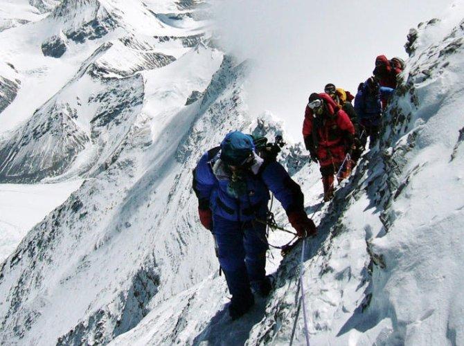 Эверестийн оргилд авирч буй уулчдын дунд Covid-19 тархжээ