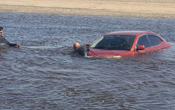 Машинтайгаа голын цүнхээлд унаж, өөрийгөө боомилохыг оролджээ