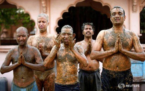 Энэтхэгчүүд Covid-19-ийн эмчилгээнд үхрийн ялгадас ашиглаж байна