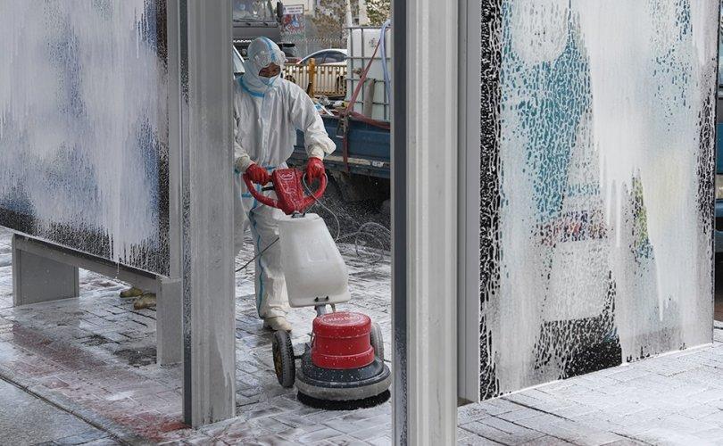 Гэр хорооллын автобусны буудлуудыг угааж, ариутгаж байна