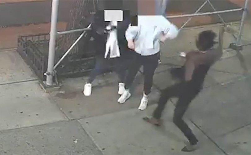 АНУ-д гудамжинд явж байсан ази эмэгтэйг алхаар цохиж гэмтээжээ