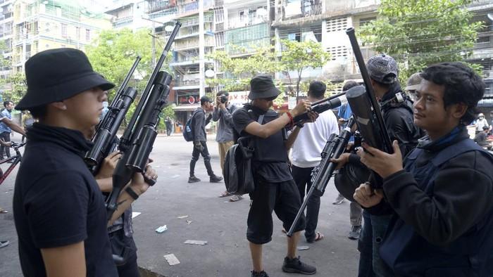 Мьянмарын арми, босогчдын тулаан улам ширүүсч байна