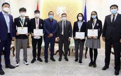 Олон улсын олимпиадаас нийслэлийн сурагчид мөнгө, хүрэл медаль хүртлээ