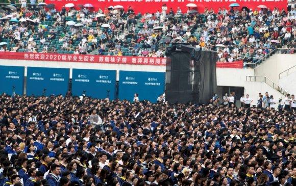 Уханьд 11 мянган оюутан маскгүй төгсөлтийн баяр тэмдэглэв