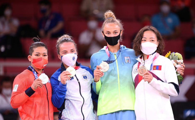 Тойм: Монголчууд олимпийн наадмыг хүрлээр эхлүүллээ