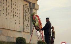 Ким Жон Ун Хятадын цэргүүдийн дурсгалыг хүндэтгэж, цэцэг өргөв