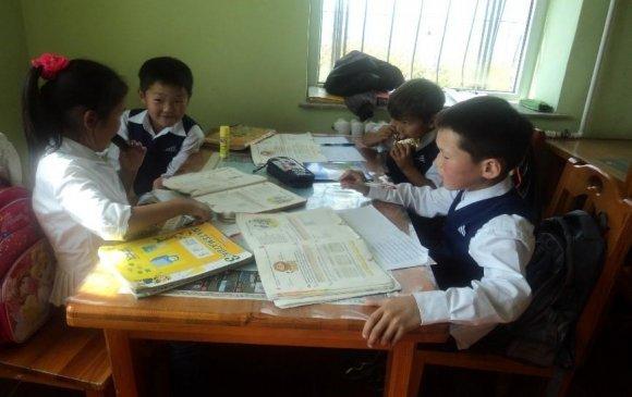 Монгол хүүхдүүдэд хичээлийн хэрэгсэл хандивлана
