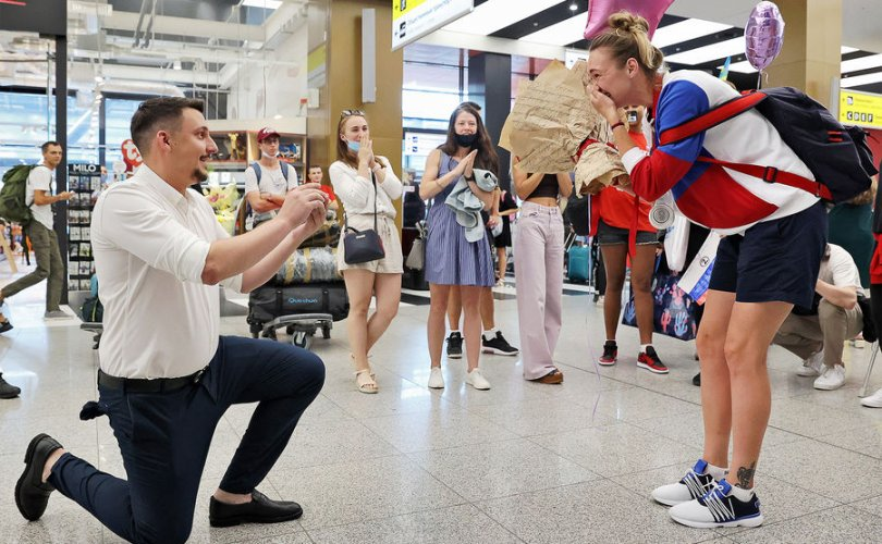 Олимпоос медаль аваад ирсэн найз бүсгүйдээ гэрлэх санал тавьжээ