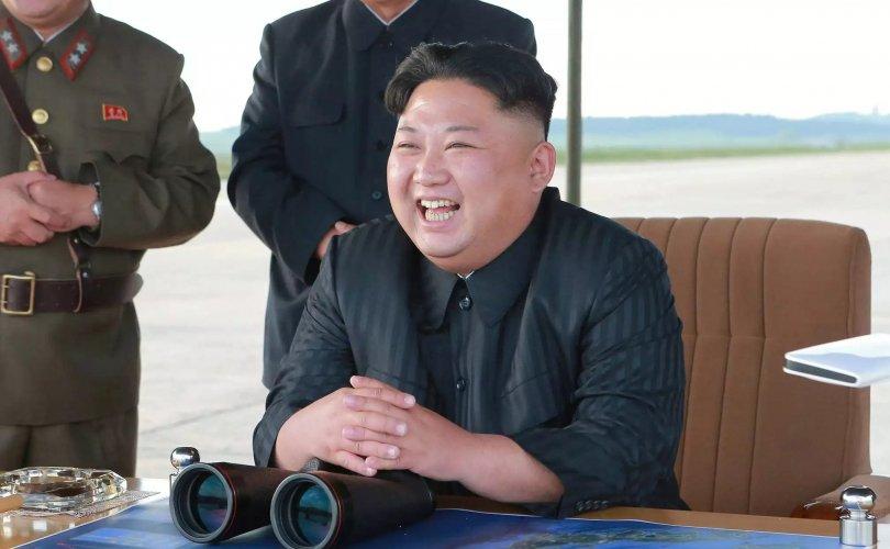 Ким Жон Ун тансаг дарвуулт онгоцоороо зугаалж явна