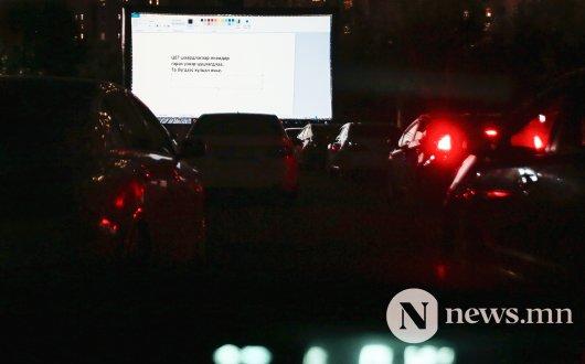 Сурвалжлага: Машинтай кино үзвэрийг цагдаа зогсоолоо