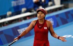 Олимпийн цомыг асаасан Наоми Осака хасагдлаа