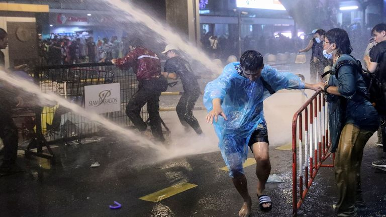 skynews-thailand-water-cannon_5140398