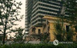 ФОТО: Төв шуудангийн уулзварын өмнө байрлах С61 дүгээр байрыг нураав