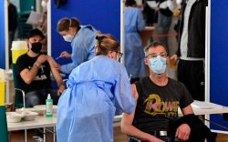 Covid-19: Их Британи, Германд вакцины гурав дахь тунг хийнэ