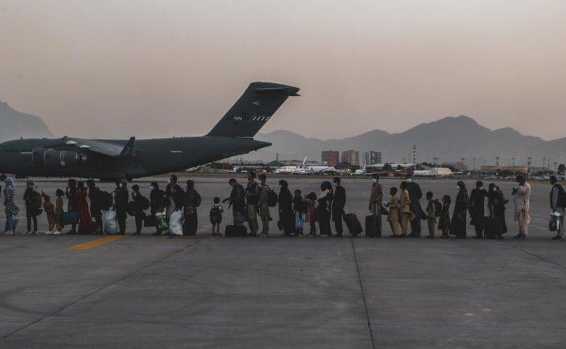 АНУ-ын сүүлчийн онгоц Кабулыг орхиж, талибууд баяраа тэмдэглэв