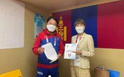 Монголын паралимпыг дэмжиж, 99999 иенийн хандив өгчээ