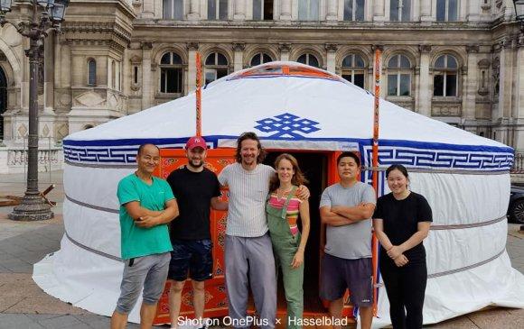 Парис хотын захиргааны үүдэнд Монгол гэр сар сүндэрлэнэ