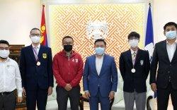 Олон улсын олимпиадаас медаль хүртсэн сурагчдад шагнал гардууллаа