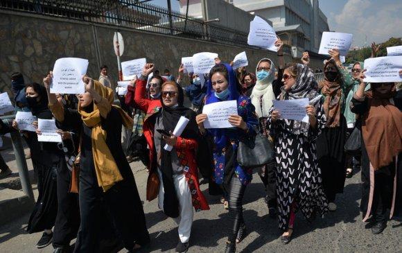 Талибууд эрхээ хамгаалан жагссан эмэгтэйчүүдэд хүч хэрэглэв