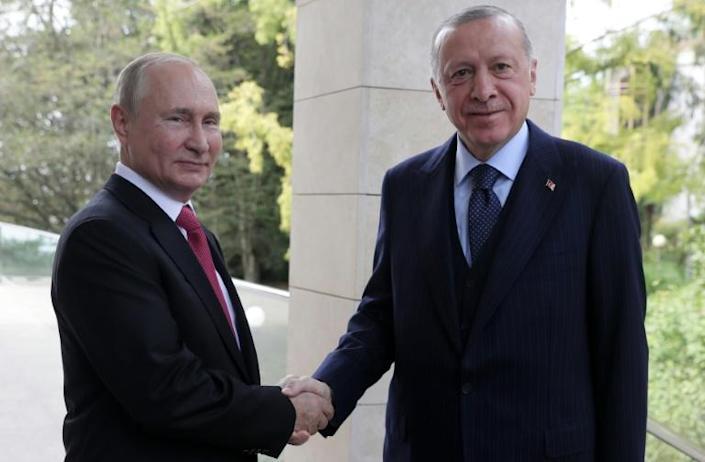 """Путин Туркийн Ерөнхийлөгчид 'Спутник V' вакцинаа """"шахав"""""""