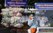 Тайландын лам нар иргэддээ хүнсний тусламж үзүүлж байна