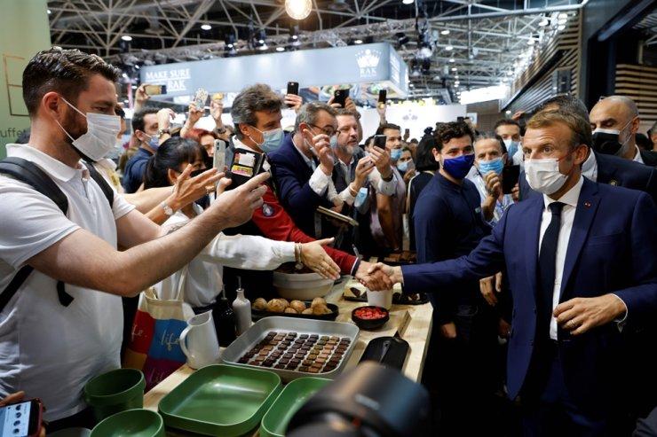 Францын ерөнхийлөгч өндгөөр шидүүлжээ
