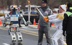 Өвлийн олимпийн бамбарыг робот дамжуулав