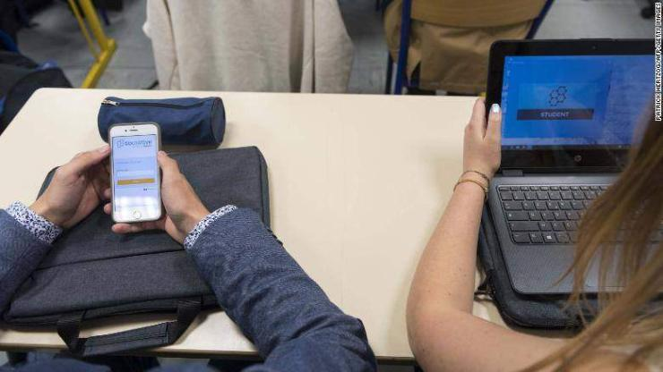 Ухаалаг утасны хэрэглээг хязгаарлах хууль баталжээ