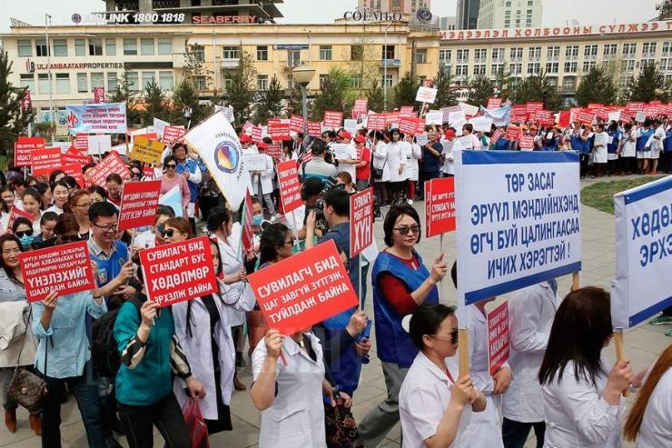 Монголын эмч нарын цалин дэлхийн дунджаас 40 дахин бага