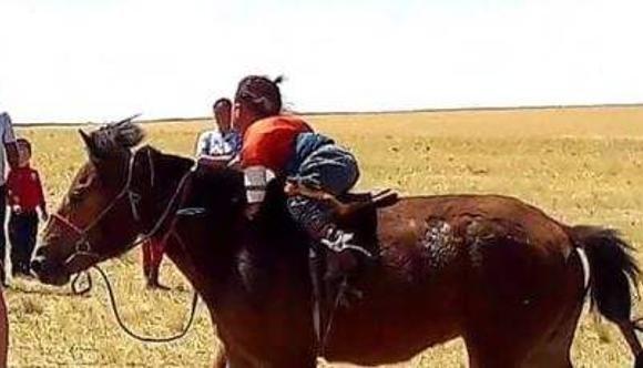 Хоёр настай хүүгээр морь унуулжээ