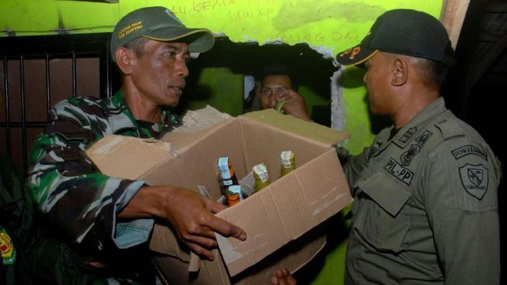 Индонезид 60 гаруй хүн хуурамч архинд хордож амиа алджээ
