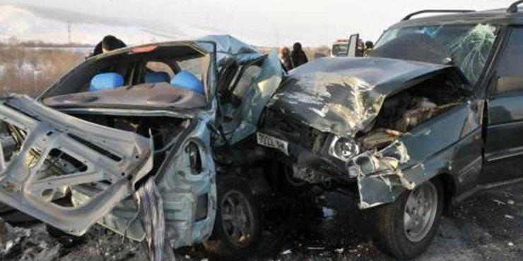 Автомашины төмөр хийцэд хавчуулагдан  нас баржээ