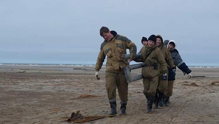 Арктикийн зэлүүд арлын хогийг цэвэрлэж байна