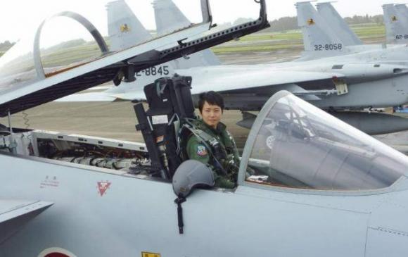 Япон сөнөөгч онгоцны анхны эмэгтэй нисгэгчтэй боллоо