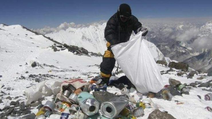 Эверестийг цэвэрлэж, 100 тонн хог буулгана