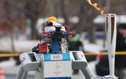Олимпийн бамбарыг анх удаа робот барьж явжээ