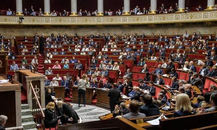 Макрон парламентын гишүүдийн тоогоо цөөлнө