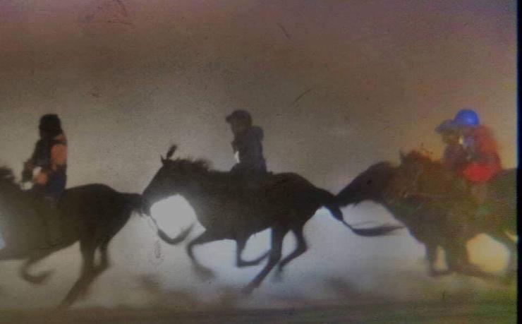 Монголчууд морио харанхуй шөнөөр уралдуулдаг болсон уу?