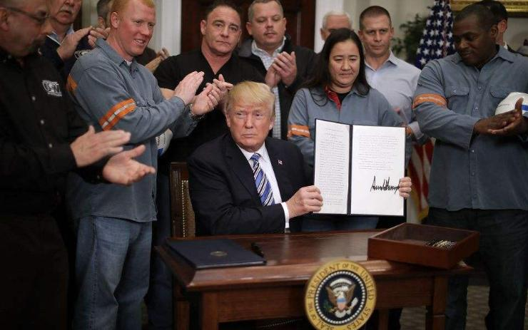 Трамп ган, хөнгөн цагаанд  импортын татвар ноогдуулах шийдвэрт гарын үсэг зурлаа