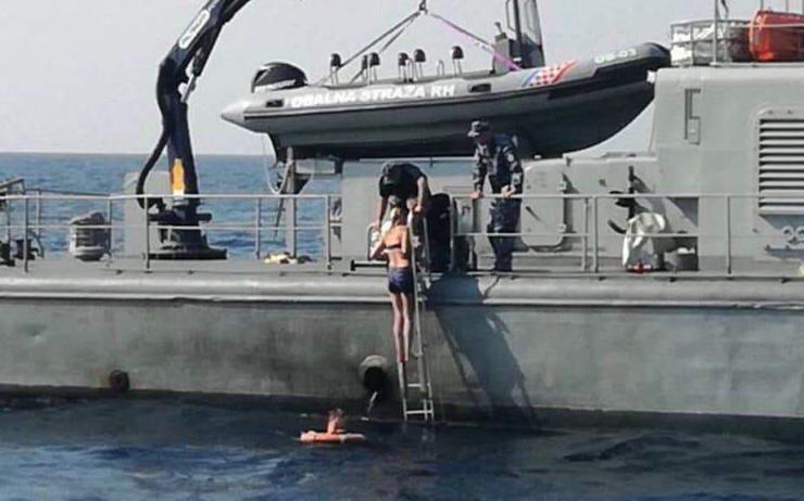 Далайн усанд 10 цаг байсан эмэгтэй амьд гарчээ