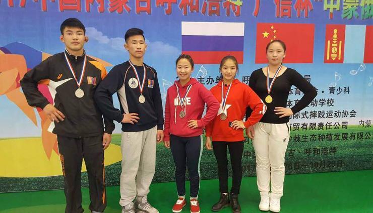 Өсвөр үеийн бөхчүүд Хөх хотоос таван медальтай ирлээ