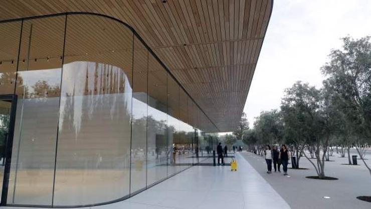 """""""Apple"""" компанийн ажилтнууд шилэн хана мөргөж гэмтэх болжээ"""