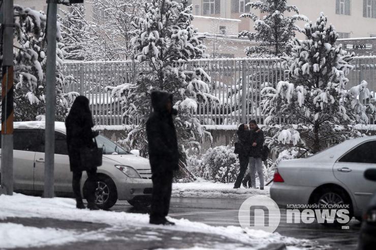 Улаанбаатарт цас орно, 10-12 градус хүйтэн байна