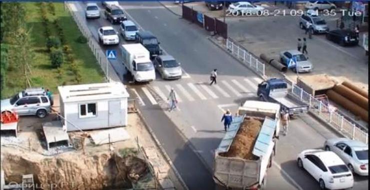 Хүүхдээ тэвэрч явсан эмэгтэйг мөргөсөн жолоочийг шалгаж байна
