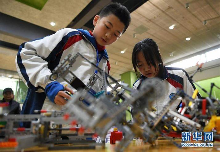 Өсвөр насны сурагчид бүтээсэн роботоороо өрсөлдлөө