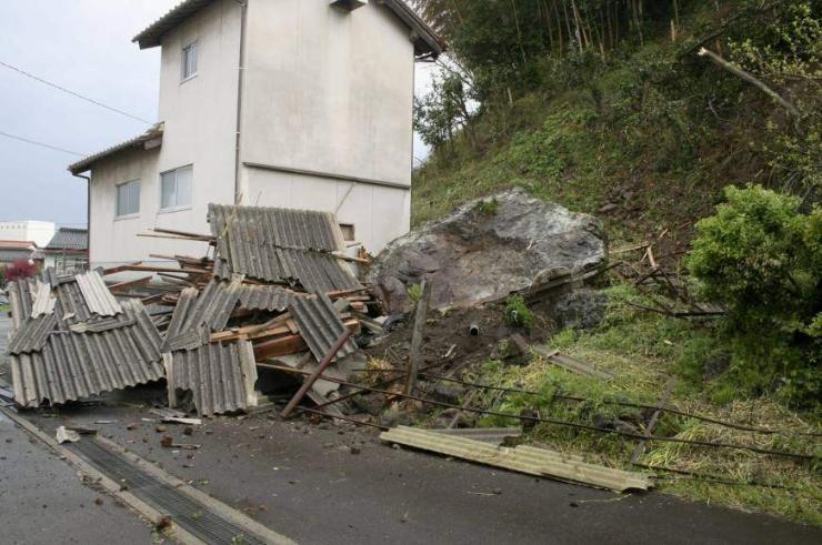 Японд 6.1 магнитудын хүчтэй газар хөдөлж, дөрвөн хүн бэртжээ