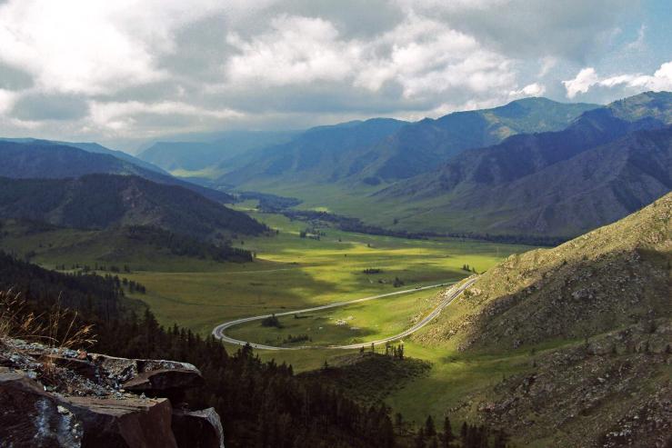 Алтайн ууланд 14 монгол иргэн сууж явсан микроавтобус осолджээ
